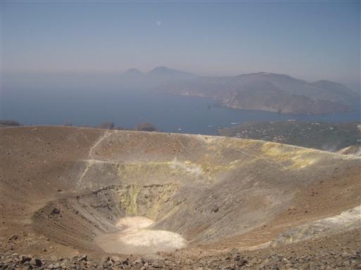 Foto: Anne Sophie Hillemann. Fra Vulcano med kig til krateret og byen nedenfor.