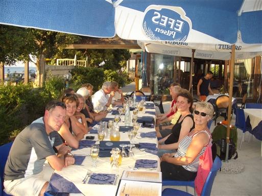 Foto: Anne Sophie Hillemann. Ved stranden på restaurant. Det meste af holdet på plads.