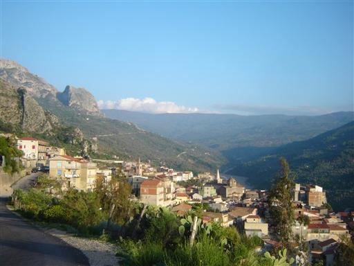 Alcara Li Fusi, smukt placeret i dalen langs Rosmarin floden, der løber hele vejen oppe fra Nebrodiparken og ud til havet.