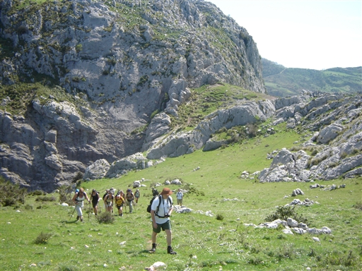 Bjergene lige bag byen består af store forrevne klipper, men ind imellem findes små grønne sætere.