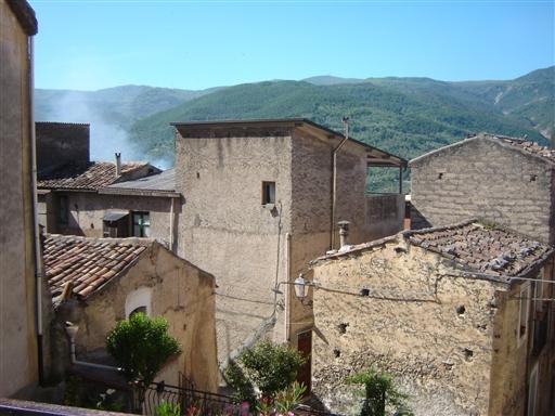 De gamle rustikke huse er med til at danne en rigtig hyggelig og stemnigsfyldt ramme om opholdet i Alcara Li Fusi.
