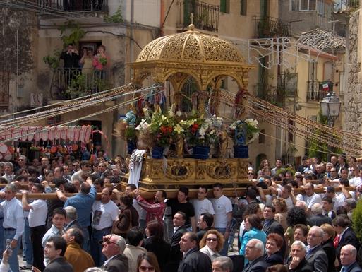 Optog for Santa Nicola i foråret. I denne tid er byens indbyggertal 4-dobbelt! Det er en stor ære for mændene at blive udvalgt til at bære den tunge bærestol med den lille helgenstatue i.