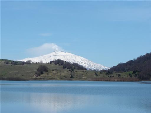 Sneklædte Etna der i røg og damp spejler sig ned i Lago Biviere inde i Nebrodiparken.