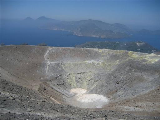 Det gamle krater på øen Vulcano er udslugt for godt 300 år siden. Det syder og ryger dog stadigt fælt af svovl fra kraterkanterne, så meget at man af og til må opgive at gå rundt om kraterkanten.