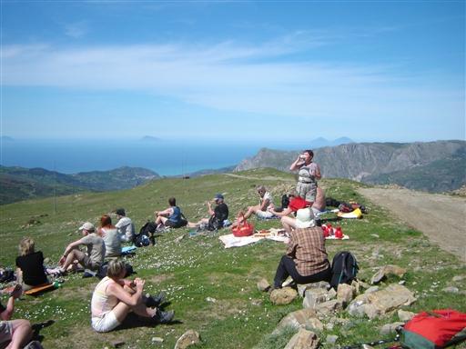 Frokost i det grønne under dagens vandretur med udsigt mod nord til det lipariske ø-hav ude i Middelhavet.
