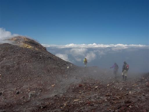 Vandring på Etnas kraterkant langt oppe over skyerne.