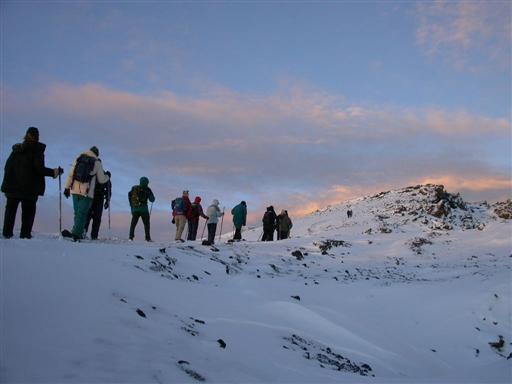 P� vej mod Uhuru Peak mens solen st�r op