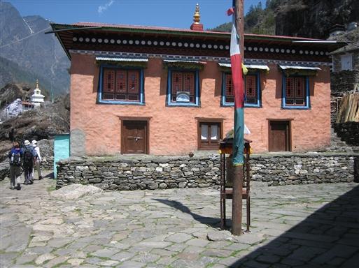 Fra Lukla fører stien længere ind i Solu Khumbu