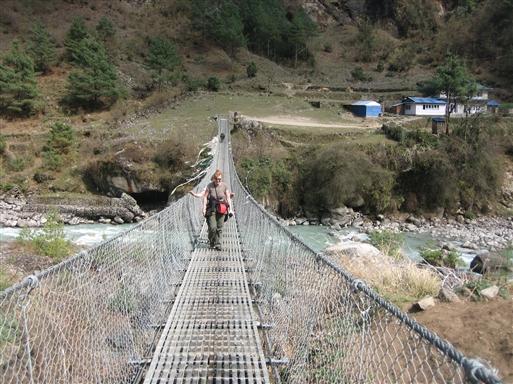 Lang hængebro over Dudh Khosi floden