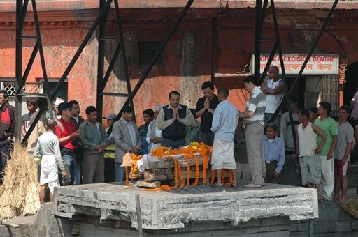 Hinduerne brænder deres døde ved Pashupatinath tempelkomplekset
