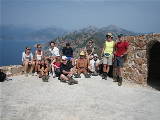 Gruppebillede fra toppen af det gamle genovesiske vagttårn på Capu Rossu