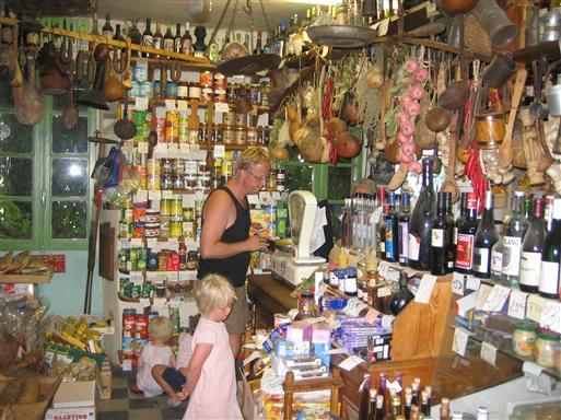 Korsika har mange lækre specialiteter. Tørret og røget skinke, vin og honning er blandt favoritterne - butik i Corté
