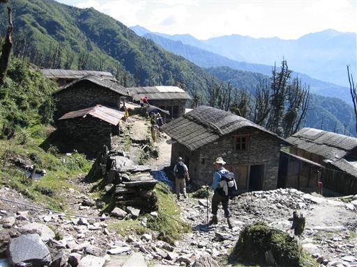 Hinku dalen er tydnt befolket, men vi passerer da enkelte små landsbyer