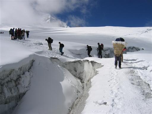 Det meste af tiden går vi i sne og is på vej mod næste højdelejr
