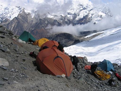 Højdelejr 2 i et lille klippeområde på Mera gletscheren. Udsigten er helt forrygende