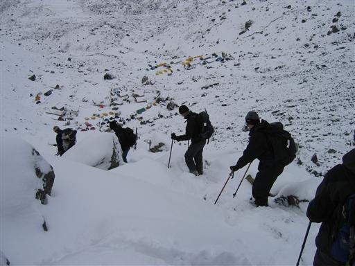 Efter topturen går det hele vejen tilbage til base campen ved Khare