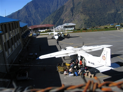Fra Luklas airstrip flyver vi tilbage til Kathmandu