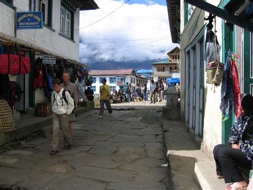 Efter mange dage i bjergene virker Lukla næsten som en storby