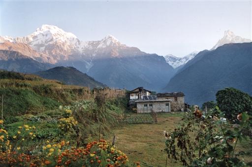 Morgenstund med sol på bjergtoppene nord for Ghandrung