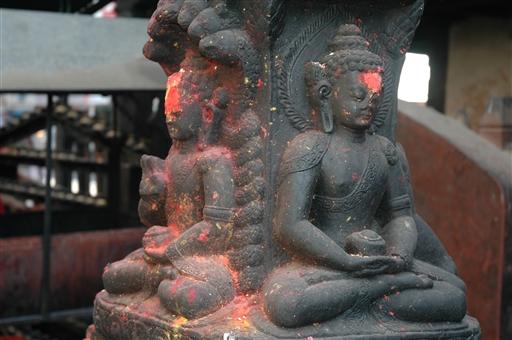 Små religiøse figurer findes overalt i den gamle del af Kathmandu