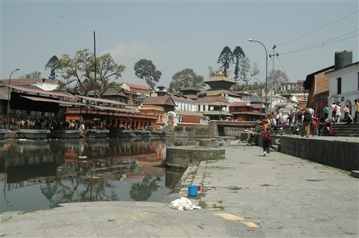 Den hellige Bagmati flod og Pashupatinath tempelkomplekset danner rammen om hinduistisk ligbrænding
