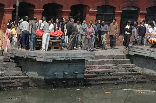 Der indgår mange ritualer i hinduernes ligbrænding