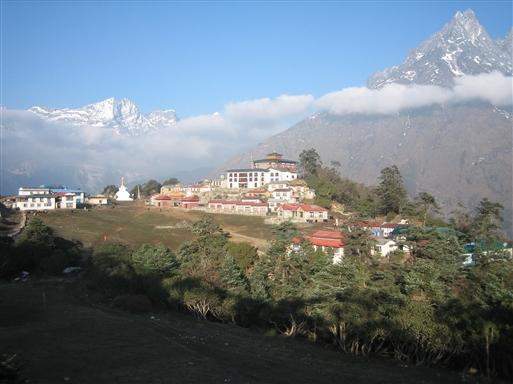 Thyangboche klosteret, der er det vigtigste i Everest-området, har en helt fantastisk og spektakulær beliggenhed