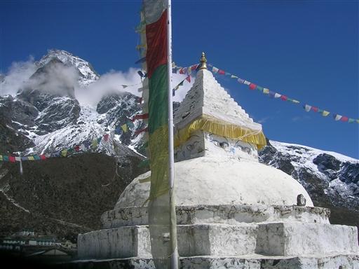 Stupaen sender bønner ud over de høje bjerge