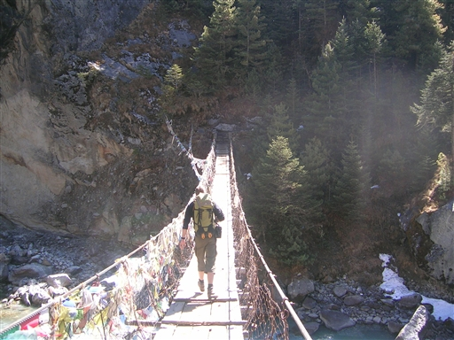 Krydsning af hængebro på vej mod Everest Basecamp