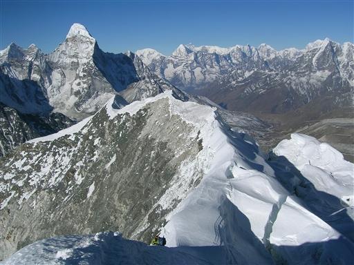 Topgraten og uendelige udsigter af snedækkede bjerge