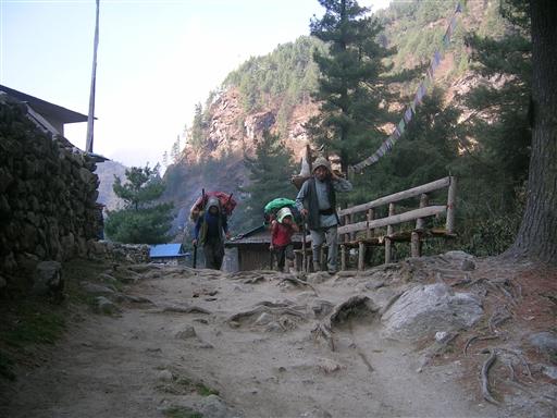 Tre lokale bærere på vej mod Namche Bazaar