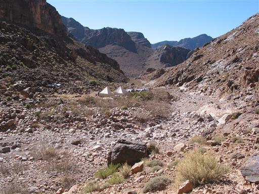 Lejrpladsen i Tagra, omkranset af kulørte klipper i fantasifulde formationer.