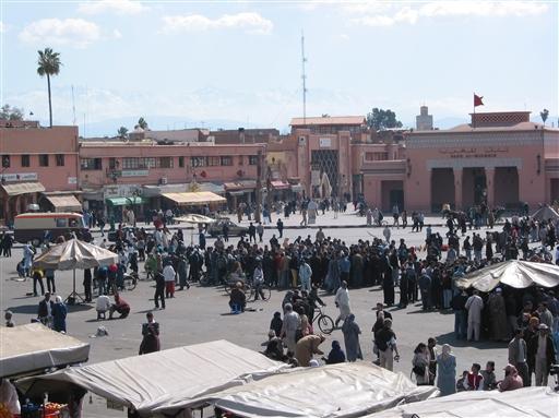 Den store plads, Djema el Fna, i Marrakech. Altid boblende og sydende af mennesker og liv.