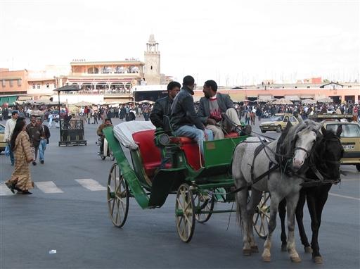 Karetter fylder gadebilledet i Marrakech...frisk på en tur?