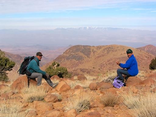 Selv lokale guider har brug for et hvil...i baggrunden skimtes de Høje Atlas bjerge.