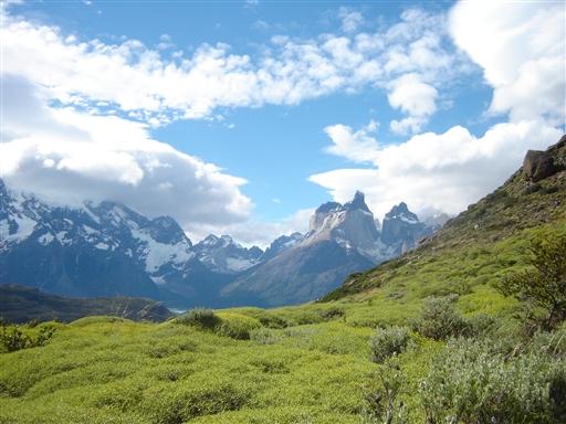 Høje forrevne bjerge og brede grønne dale i Torres del Paine
