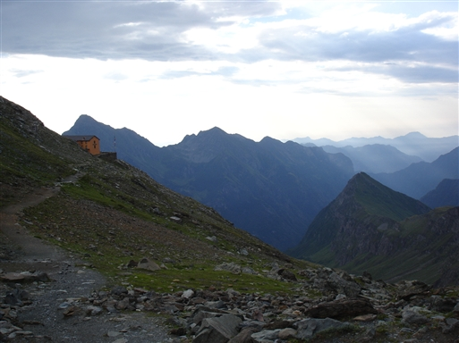 Rifugio Guglielmina smukt beliggende oppe på bjergskråningen (2880m)