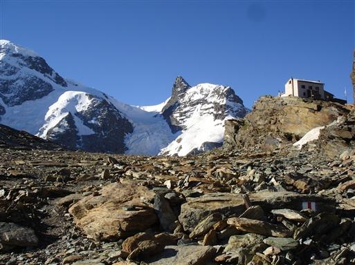 Gandegg Hütte med Kleiner Matterhorn i baggrunden