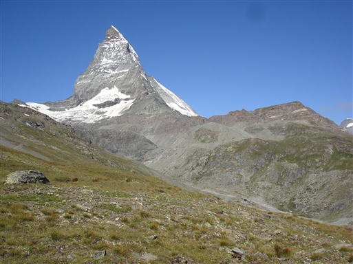 Vandreturen byder på udsigt op til majestætiske Matterhorn (4476m)