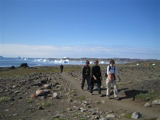 Vandretur på Diskoø. Qeqertarsuaq ses i baggrunden