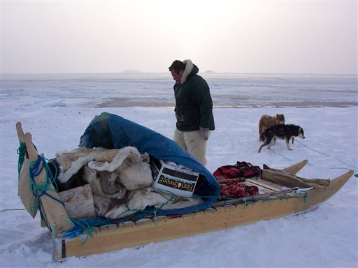 Der kigges efter spor ved iskanten