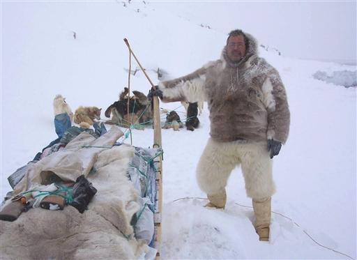 Jens i fuld fangeroutfit: Kamikker, isbjørnebukser og rensdyranorak