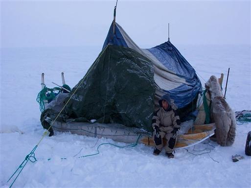 En dreng fra Siorapaluk besøger teltet