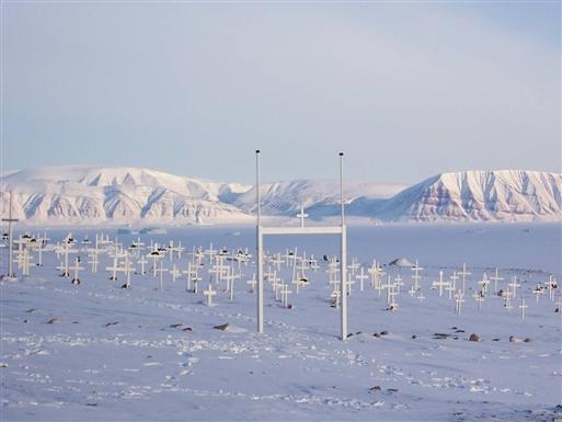 Som traditionen foreskriver på Grønland er kirkegården placeret med smuk udsigt