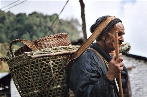 I Nepal bæres store læs på panden