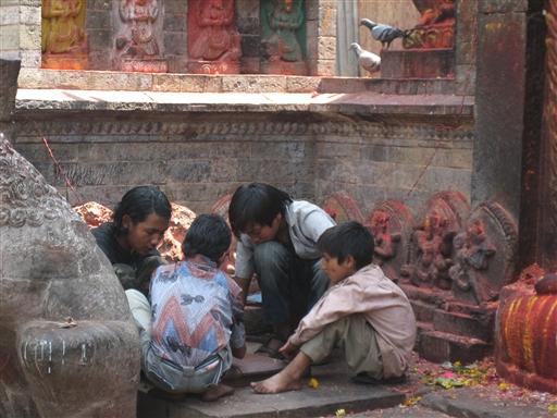 Kathmandu - børnene er helt væk i deres spil