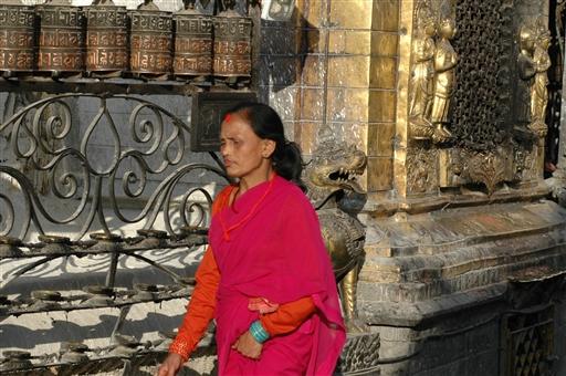 Swayambhunath stupaen - buddhistisk kvinde ved helligdommen