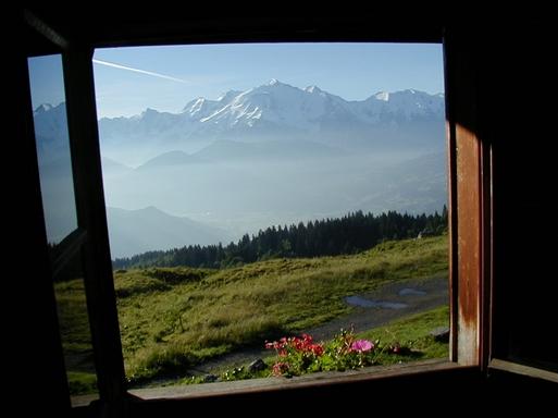 Morgenudsigt til Alpernes høje toppe fra bjerghytten.