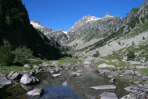 Vandring langs floden i den skønne Larribet dal.