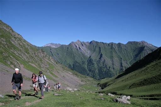 Opstigning mod Ilheou passet i de bløde, grønne bjerge.